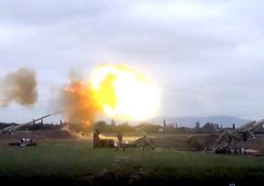 Азербайджанская армия наносит артиллерийские удары по позициям врага