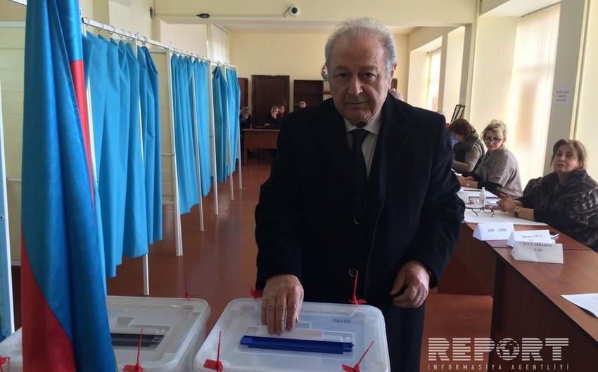 Azərbaycanın keçmiş prezidenti parlament seçkilərində səs verib - FOTO