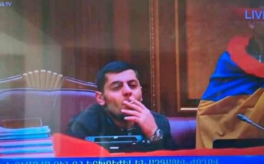 Ermənistan parlamentinin binasına daxil olan şəxslərdən birinin meyiti tapılıb