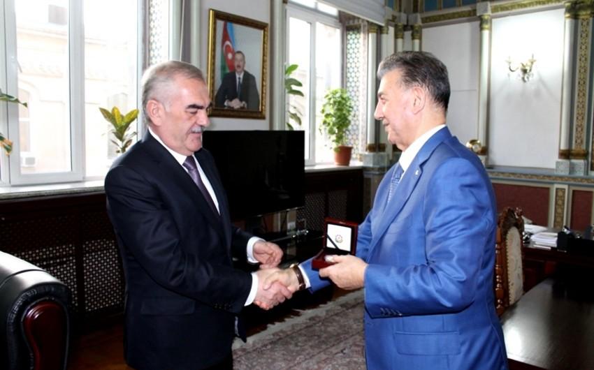 Vasif Talıbov AMEA-nın prezidentinə xatirə medalı hədiyyə edib - FOTO