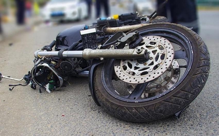 Yevlaxda motosiklet aşıb, xəsarət alanlar var