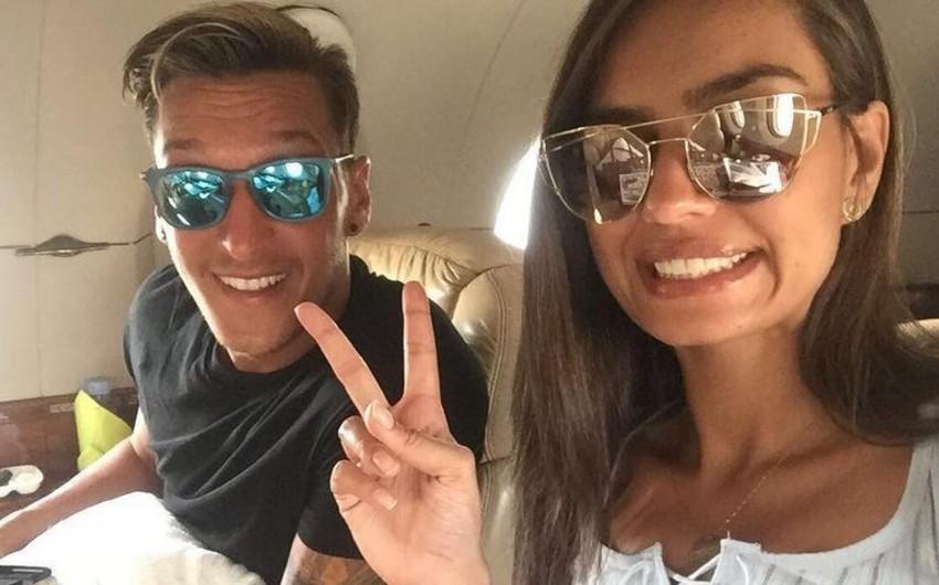 Məsut Özil aktrisa və model sevgilisi ilə nişanlanıb