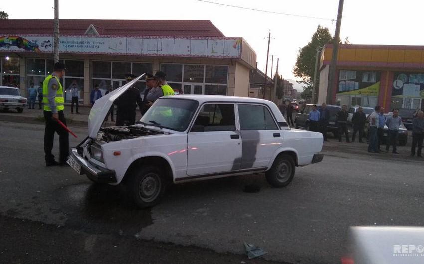 Ələt-Astara yolunda minik maşını motosikletlə toqquşub, 2 nəfər yaralanıb - FOTO