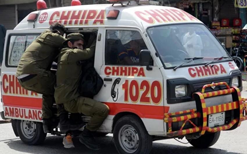 Pakistanda avtobusa atəş açılıb, sürücü ölüb, 28 nəfər yaralanıb