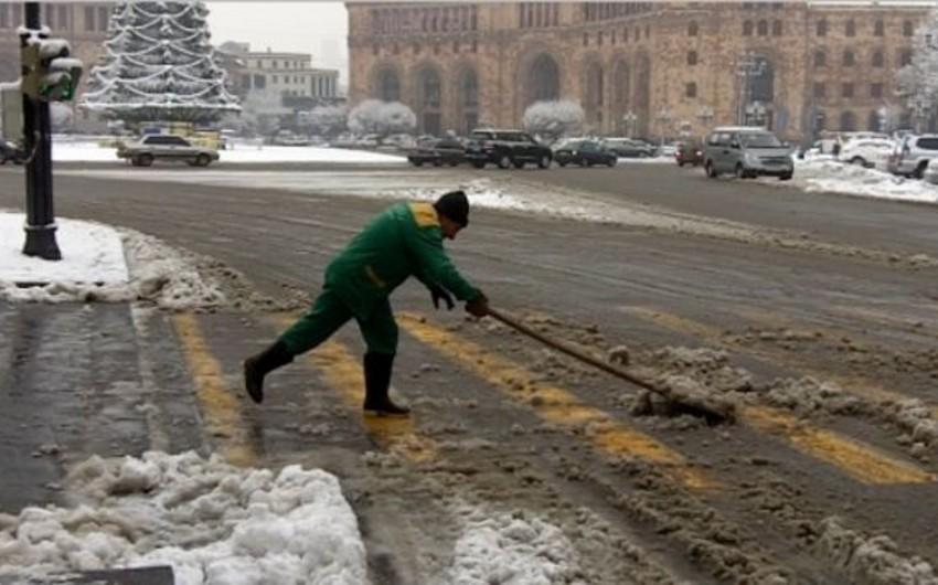 Güclü qar Yerevanda yolların bağlanmasına səbəb olub