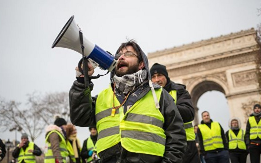 """Polis """"Sarı jiletlilər""""in Prezidentin yay iqamətgahına doğru hərəkətinin qarşısını alıb"""