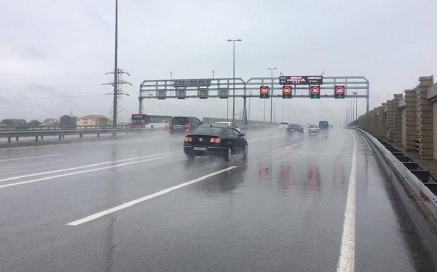Bakıda yağışlı hava ilə bağlı yollarda sürət həddi endirilib