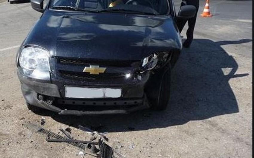 Bakıda minik avtomobili qəzaya uğrayıb, tıxac yaranıb