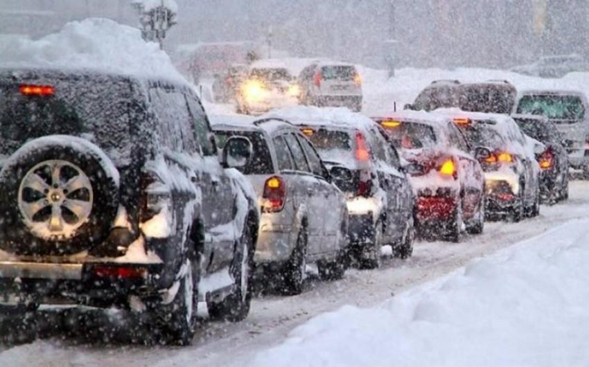 В Японии из-за снегопада образовался затор с более чем 1 тыс. автомобилей