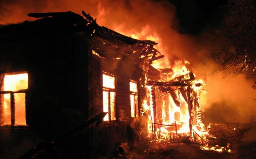 Yevlax sakinləri evi qarət etdikdən sonra yandırıblar