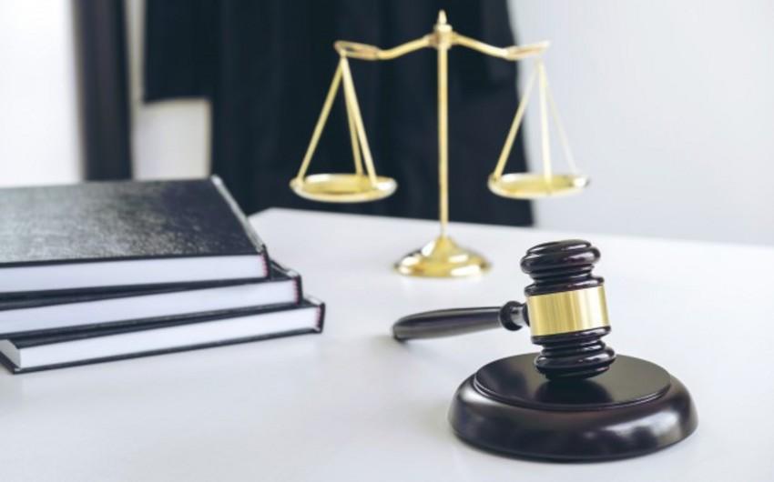 Klinika sahibinin qətl törədən oğlu hakim qarşısına çıxarıldı