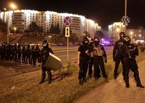 Belarusda polislər etirazçılara qarşı odlu silahdan atəş açıb