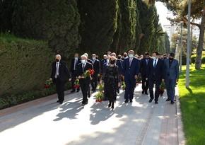 SOCAR leadership visits grave of Heydar Aliyev