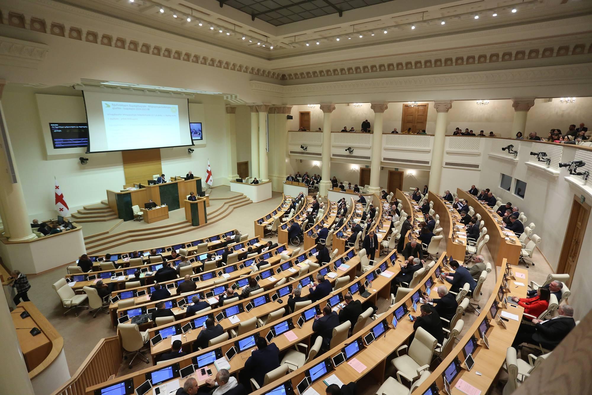 Правящая партия Грузии теряет большинство в парламенте