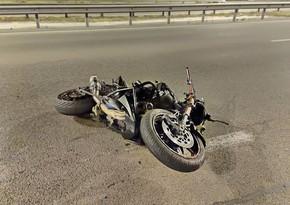 В Баку мотоцикл сбил парня в пешеходном переходе