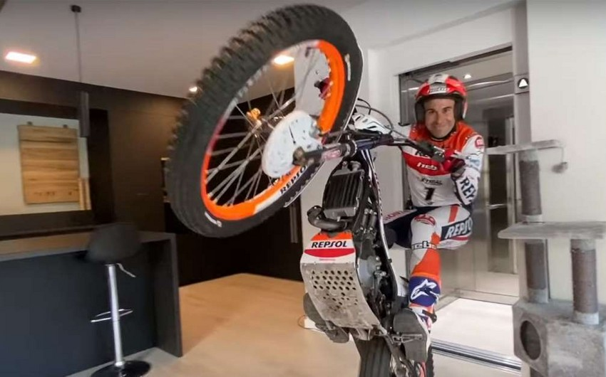 Dünya çempionu evdə də motosiklet sürür - VİDEO