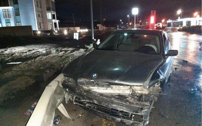 В Баку водитель тяжело пострадал в результате ДТП