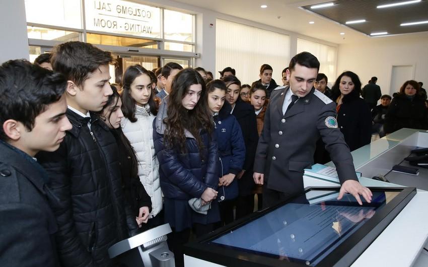 Binəqədi rayon məktəblilərinin Dövlət Miqrasiya Xidmətinə ekskursiyası təşkil edilib