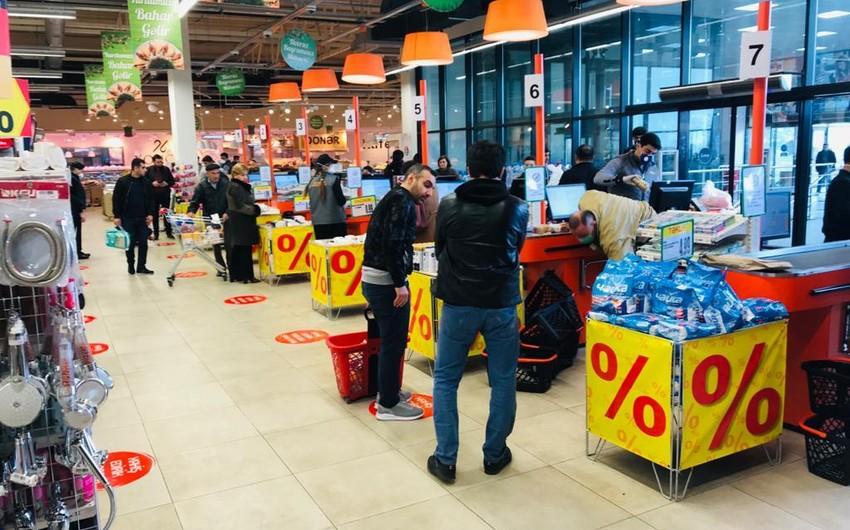 Koronavirusa görə marketlərin döşəmələrində məsafənin saxlanılması ilə bağlı işarələr qoyulub