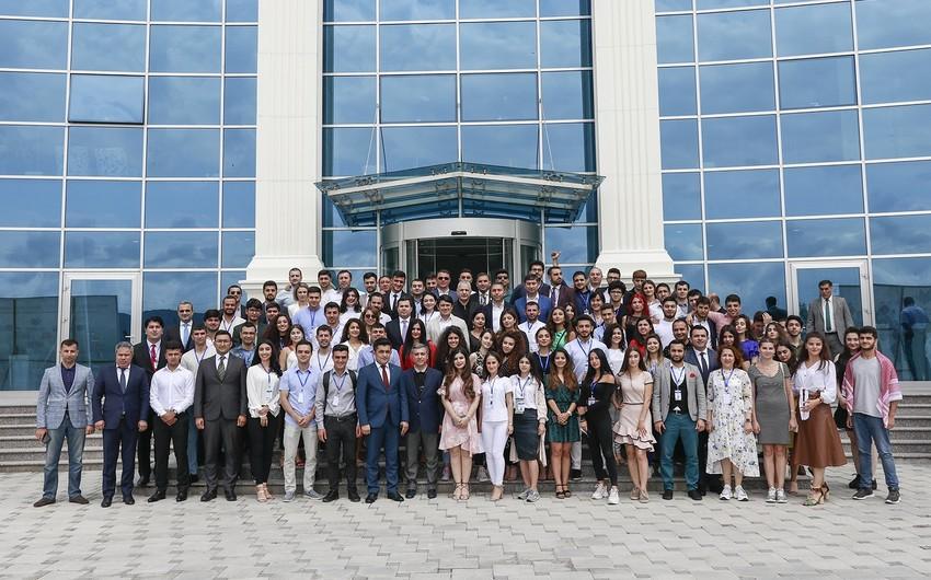 Diaspor Gənclərinin II Yay Düşərgəsinin iştirakçıları rəsmi şəxslərlə görüşüb