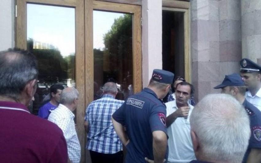 Yerevanda Nairit zavodunun əməkdaşları hökumət binasına girişi bağlayıb