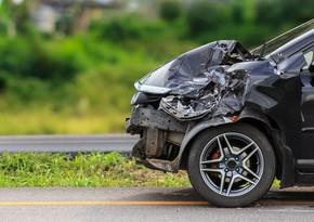 Masallıda avtomobil dirəyə çırpılıb, sürücü xəsarət alıb