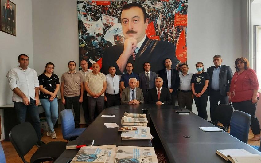"""""""Yeni Azərbaycan"""" qəzetinin yeni baş redaktoru kollektivə təqdim olunub"""
