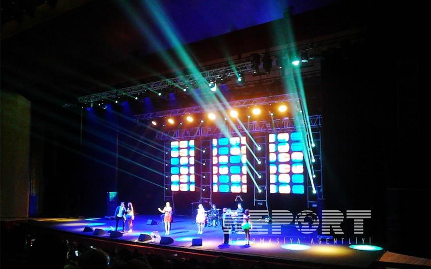 Türk müğənni Demet Akalın Bakıda konsert verib