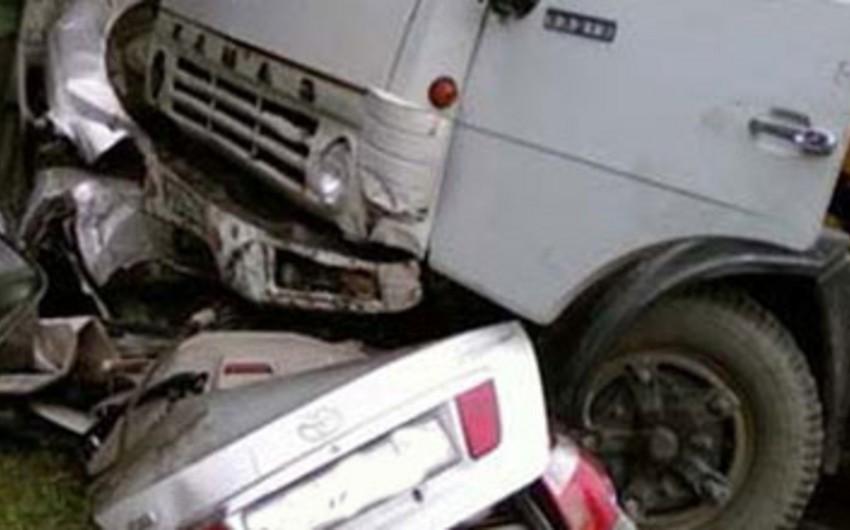 Qaradağda Kamazla minik avtomobilinin toqquşması nəticəsində yol kənarında dayanan piyada ölüb