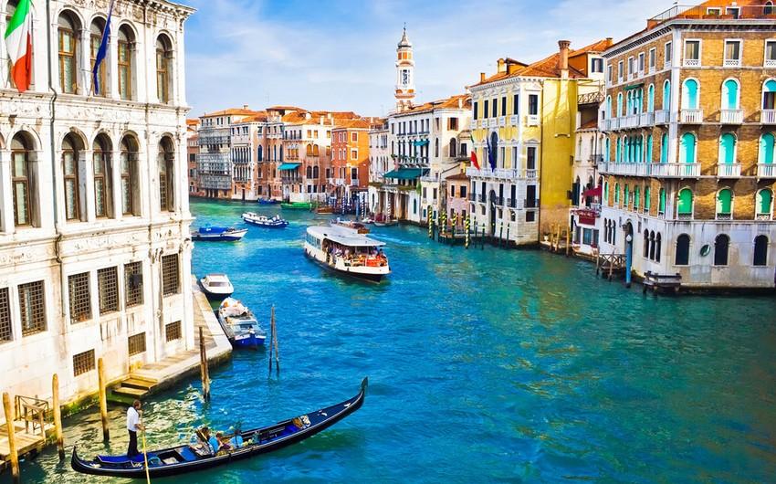 Venesiya sakinləri turistlərin sayının həddindən çox olmasına etiraz edirlər