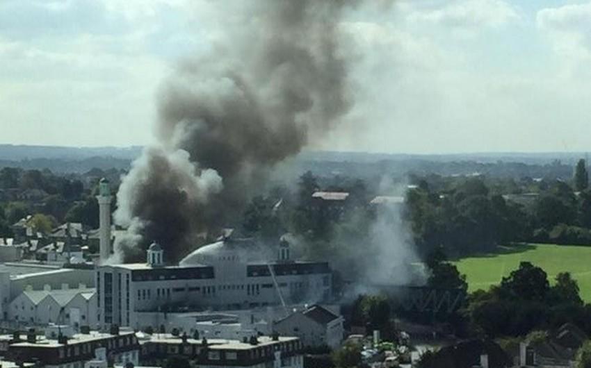 Londonda məscidi yandırmaqda şübhəli bilinən iki nəfər saxlanılıb