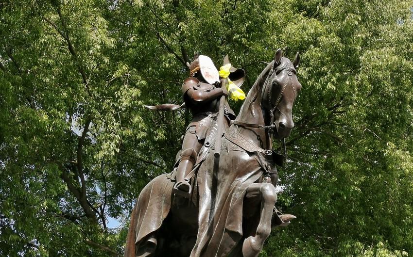 Fransada Janna d'Arkın heykəlinə Assancın maskası taxılıb - FOTO