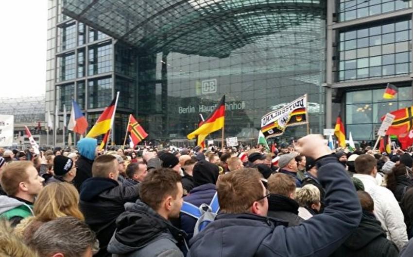 Berlində yüzlərlə insan Merkelin siyasətinə qarşı mitinqə çıxıb