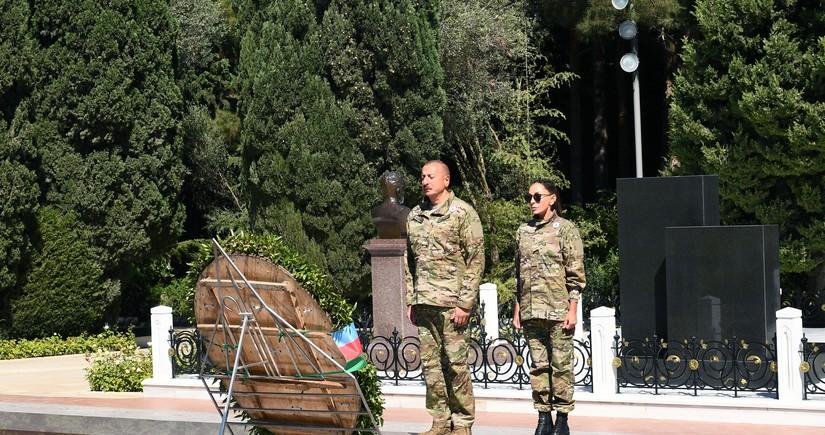 President Ilham Aliyev visits grave of national leader Heydar Aliyev