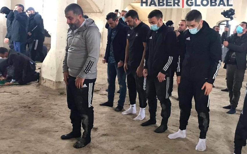 Qarabağın futbolçuları Ağdamdakı Cümə məscidində namaz qılıb