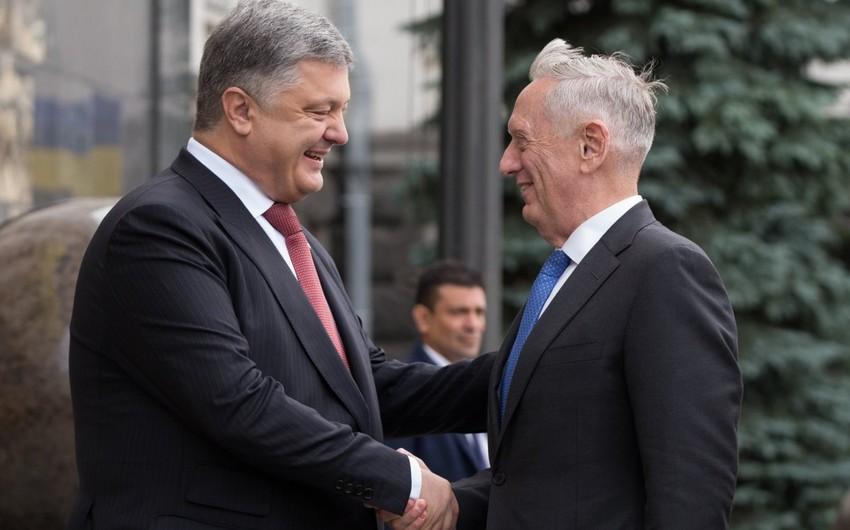 ABŞ-ın müdafiə naziri Kiyevə silahlar aparıb
