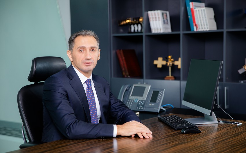 Помощник президента представил коллективу нового министра