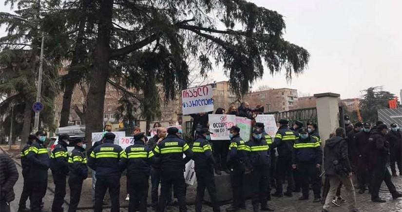 Tbilisidə polis və etirazçılar arasında qarşıdurma olub, 10-a yaxın şəxs saxlanılıb