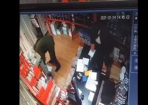 Bakıda müştəri mağaza sahibinin yanında pul oğurladı
