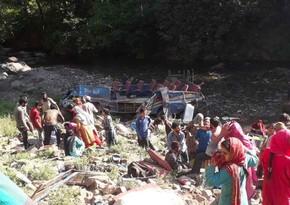 В Индии автобус упал в ущелье, 8 человек погибли