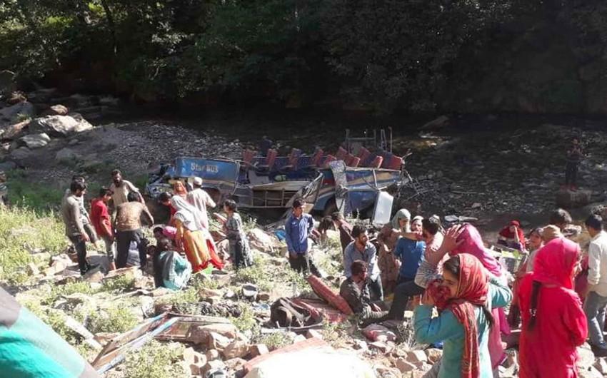 Hindistanda avtobus dərəyə yuvarlanıb, 8 nəfər ölüb
