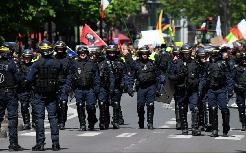 В Париже проходит акция против полицейского насилия и расизма