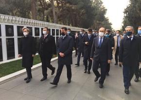 Türk Şurasının informasiya və media üzrə məsul rəsmiləri Fəxri xiyabanı ziyarət ediblər