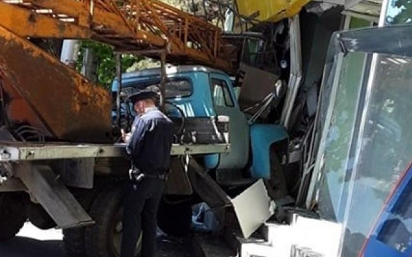 В Тбилиси грузовик врезался в магазин, есть пострадавшие
