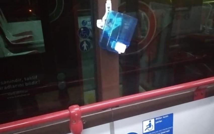Sərnişinlər avtobuslarda onlarla dezinfeksiya dispenserlərini qırıb