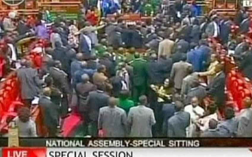 Keniya parlamentində müzakirələr deputatlar arasında dava ilə nəticələnib