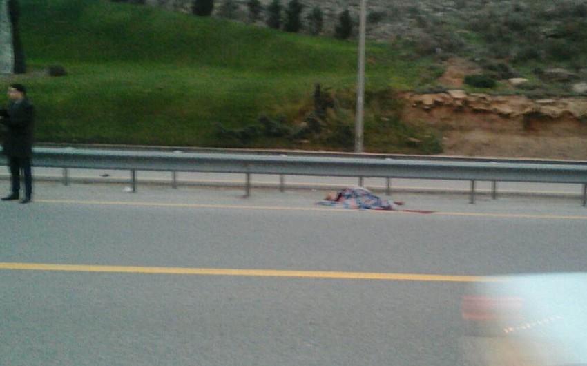 Bakıda maşının vurduğu piyadanın əli və ayağı qoparaq yol kənarına düşüb - FOTO