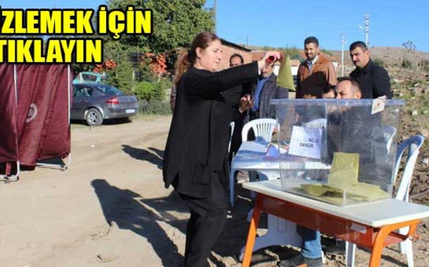 Türkiyədə Sarıkavak kəndində seçicilər açıq havada səs verib