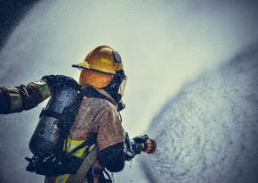 В Бинагади произошел пожар в пятиэтажном здании, есть пострадавший