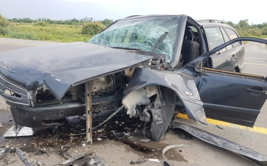 Avtomobil arakəsməyə çırpıldı, 4 nəfər xəsarət aldı